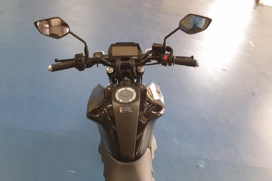 R15 के मुकाबले Yamaha MT-15 की लंबाई 30mm और चौड़ाई 75mm ज्यादा है. हालांकि, यह 65mm छोटी भी है और यह अब R15 के मुकाबले 5mm छोटी सीट हाइट के साथ आती है. बाइक का वजन भी 4 किलोग्राम हल्का होकर 138 किलोग्राम हो गया है और यह 10 लीटर फ्यूल टैंक के साथ आती है.