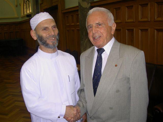 न्यूजीलैंड में पहला इस्लामी संगठन (न्यूजीलैंड मुस्लिम एसोसिएशन- NZMA) ऑकलैंड में 1950 में स्थापित किया गया था. 1951 में एसएस गोया नाम की शरणार्थी नाव से पूर्वी यूरोप से 60 से ज्यादा मुस्लिम पुरुष आए थे. इसी नाव में मज़हर कर्सनिकी भी जो. जो बाद में न्यूजीलैंड मुस्लिम एसोसिएशन के अध्यक्ष बने. (तस्वीर में मज़हर कर्सनिकी भी)