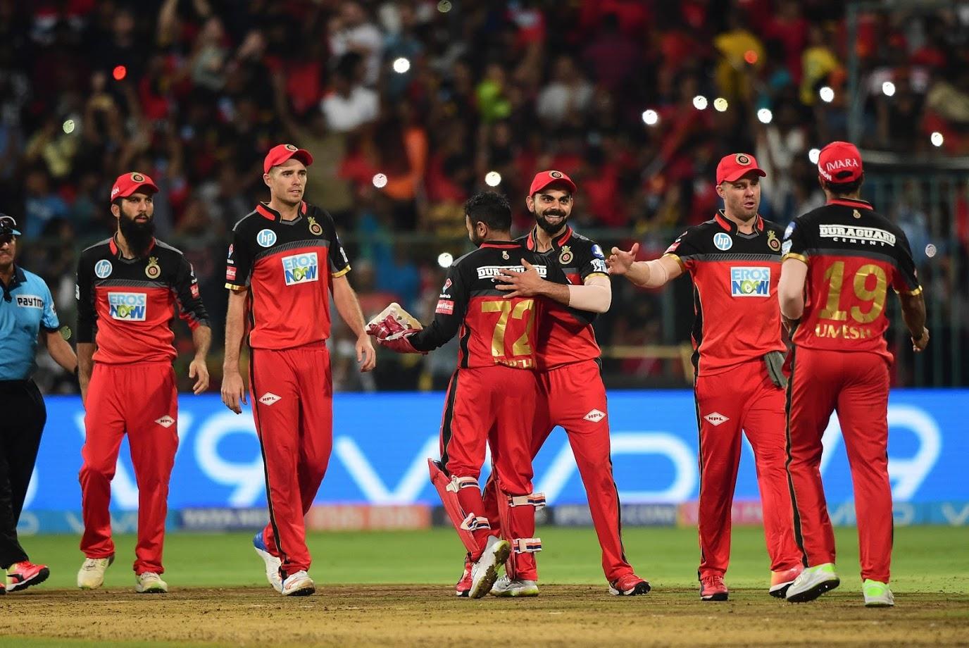 रॉयल चैलेंजर्स बेंगलुरू आईपीएल की वो टीम रही है जिसने अपने दमदार खिलाड़ियों की वजह से हमेशा लोकप्रियता हासिल की है. इस बार भी टीम के पास विराट कोहली, एबी डिविलियर्स, शिमरॉन हेटमायार जैसे क्रिकेट वर्ल्ड के वो नाम मौजूद हैं जिनके लिए फैंस दीवाने रहते हैं. क्या कप्तान विराट पहली बार आईपीएल में इंटरनेशनल क्रिकेट जैसा करिश्मा दोहरा पाएंगे, यह देखने वाली बात होगी?