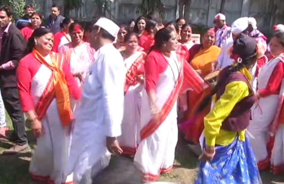 मंत्री ने आगे कहा कि विशेषकर एकादशी के दिन जब रंग खेला जाना शुरू होता है तब लोगों को आमंत्रित कर उनके साथ होली खेली जाती है. होली का त्योहार हर्षोल्लास के साथ मनाने की कोशिश रहती है.