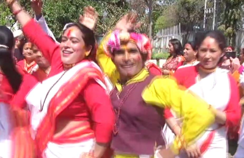 <br />मंत्री प्रकाश पंत ने कहा कि यह आपसी दुश्मनी को भुला कर एक दूसरे के गले मिलने का त्योहार है. इसी दृष्टिकोण से होली का त्योहार हर साल मनाया जाता और आज भी मनाया जा रहा है.