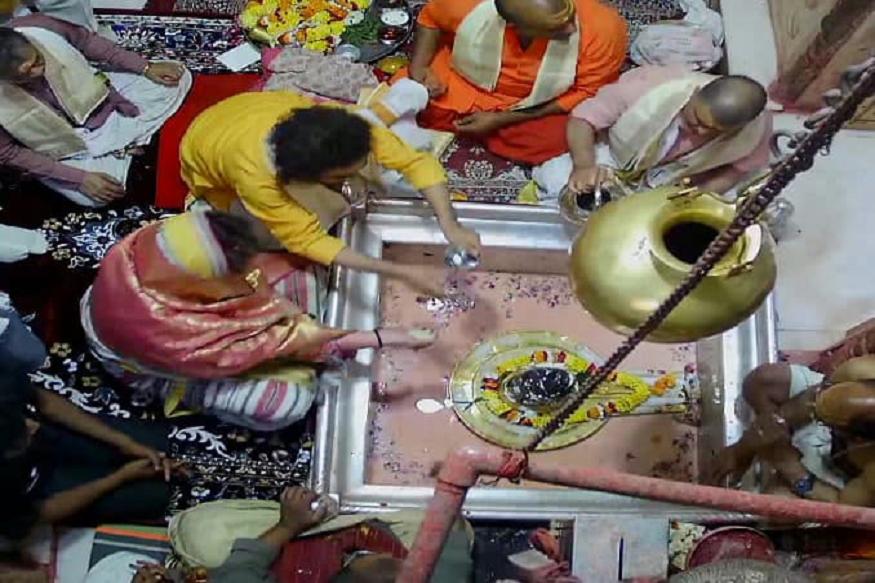 मोदी के गढ़ में पहुंचीं प्रियंका, काशी विश्वनाथ में पूजा के बाद लगाए 'जय हिंद' के नारे