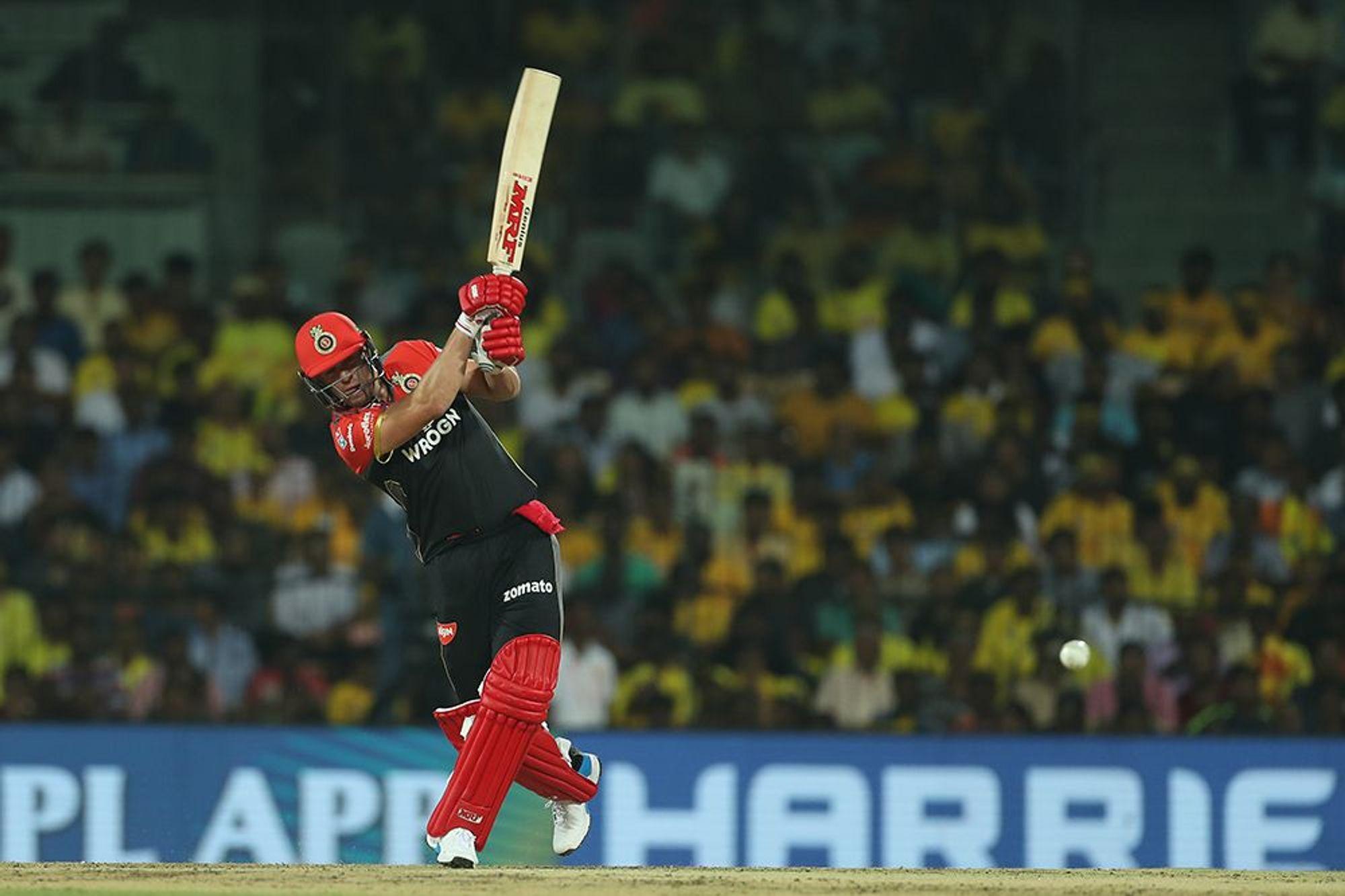 रॉयल चैलेंजर्स बैंगलोर के धाकड़ खिलाड़ी एबी डीविलियर्स भी इस मैच में एक खास रिकॉर्ड अपने नाम कर सकते हैं. वह 38 रन बनाने के साथ आईपीएल में 4000 प्लस रन बनाने वाले 10वें खिलाड़ी बन जाएंगे. अब तक सुरेश रैना, विराट कोहली, रोहित शर्मा, गौतम गंभीर, रॉबिन उथप्पा, शिखर धवन, डेविड वॉर्नर, क्रिस गेल और महेंद्र सिंह धोनी आईपीएल में ऐसा कर चुके हैं.