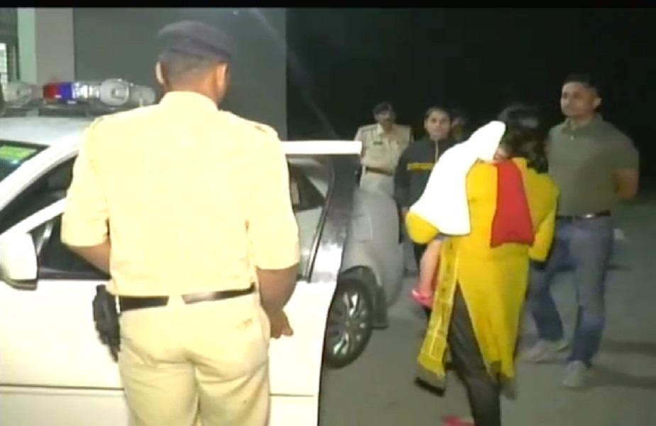 पुलिस स्टाफ को कानून-व्यवस्था बनाए रखने के निर्देश सख़्ती से देते हुए एसएसपी आगे के लिए रवाना हो गयीं.
