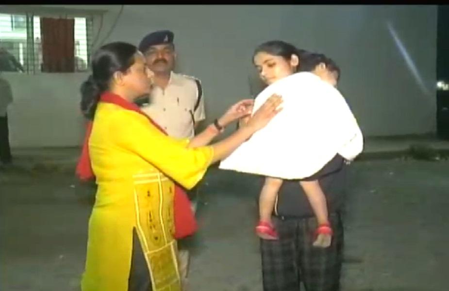 इंदौर की एसएसपी रुचि वर्धन मिश्र देर रात थानों का औचक निरीक्षण करने निकल पड़ीं. इस दौरान वह गोद में अपनी 2 साल की बच्ची को भी लिए हुए थीं.