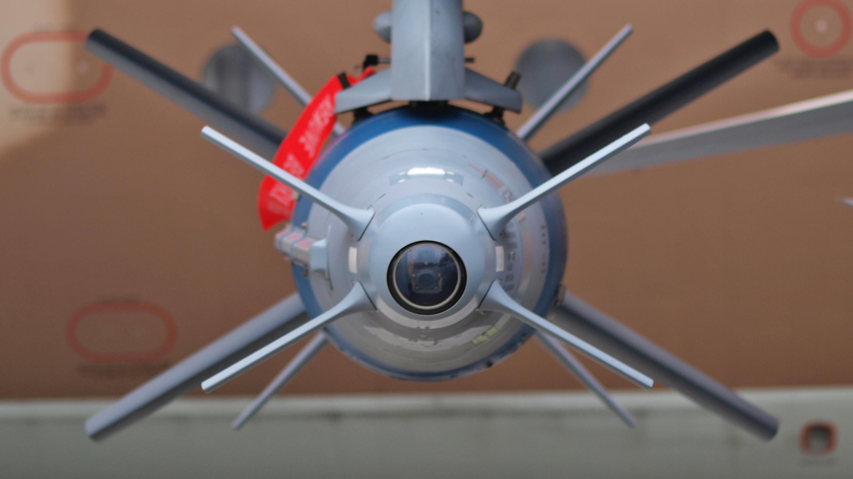 असल में स्पाइस-2000 की खासियत यह है कि यह सिर्फ एक सामान्य बम नहीं होकर 'गाइडेंस किट' है जो किसी भी स्टैंडर्स वारहेड या बम से जुड़ी होती है. इस हथियार के दो हिस्से होते हैं. पहला हिस्सा स्टैंडर्स वारहेड के अगले हिस्से से जोड़ा जाता है जबकि दूसरा बम के पिछले हिस्से से जोड़ा जाता है. किट के पहले भाग की नोक पर एक कैमरा लगा होता है जो टार्गेट को आइडेंटिफाई करता है. जबकि दूसरे भाग में एक डेटा चिप होती है, जो स्पाइस-2000 को बम छोड़ने का सही वक्त बताती है. SPICE की फुल फॉर्म ही- Smart, Precise Impact, Cost-Effective बताई जाती है.