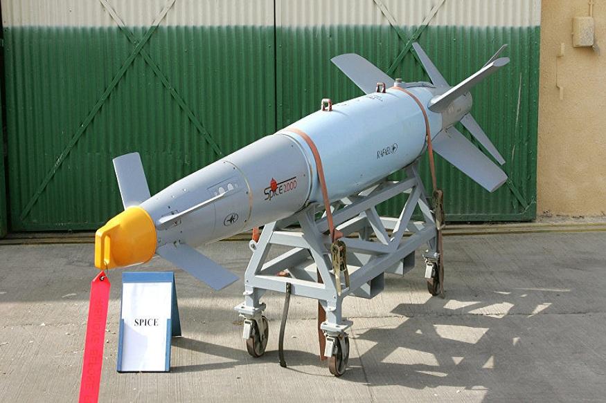 26 फरवरी को पाकिस्तान के बालाकोट में आतंकी संगठन जैश-ए-मोहम्मद के ठिकानों को तबाह करने के बाद एक नाम जो बार-बार सामने आ रहा है, वो है मिराज से बरसाए गए स्पाइस-2000 बम. बता दें कि इसे भारतीय वायुसेना का पसंदीदा हथियार माना जाता है और खुद वायुसेना मानती है कि इस बम की मौजूदगी से उन्हें पाक-चीन बॉर्डर पर शांति बनाए रखने में काफी मदद मिलती रही है. आज हम आपको बता रहे हैं कि स्पाइस-2000 किस तरह से हवा में काम करता है और कैसे हमेशा सही टारगेट को तबाह कर देता है...