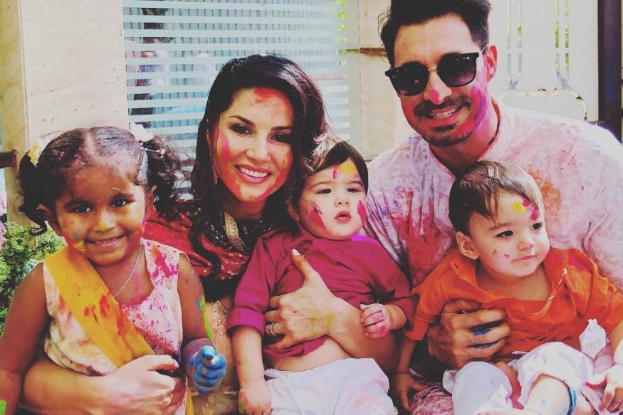 सनी लियोनी ने अपने बच्चों के साथ मनाई होली, बालकनी से