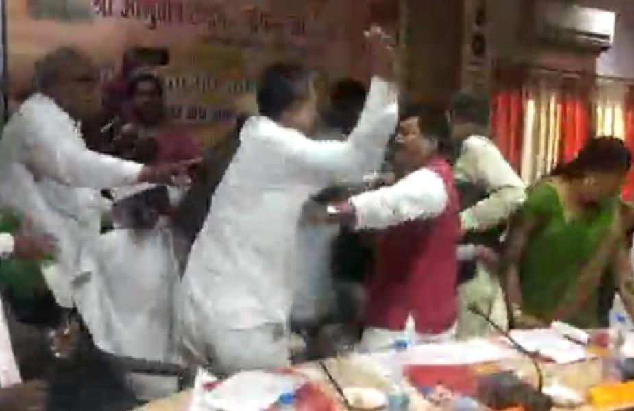 इसके बाद मेहदावल विधायक राकेश सिंह बघेल ने भी सांसद शरद त्रिपाठी को पहला थप्पड़ मारा.