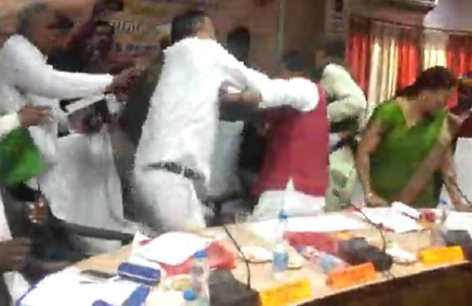 इसके बाद मेहदावल विधायक राकेश सिंह बघेल ने भी सांसद शरद त्रिपाठी को दूसरा थप्पड़ मारा.