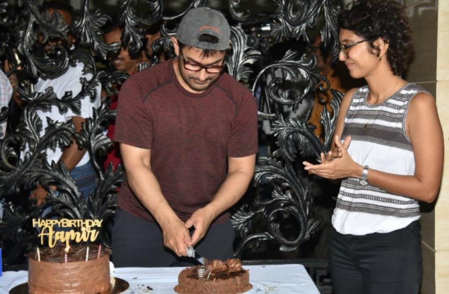 बॉलीवुड के मिस्टर परफेक्शनिस्ट आमिर खान आज अपना 54वां जन्मदिन (Aamir Khan Birthday) मना रहे हैं. आमिर खान ने अपने जन्मदिन पर फैंस को ही तोहफा दे डाला है. उन्होंने आज एक प्रेस कॉन्फ्रेंस कर अपनी अगली फिल्म का ऐलान कर दिया है. ये उनकी अब तक की सबसे बड़ी फिल्म साबित होने वाली है. हाल ही में उन्होंने एक प्रेस मीट बुलाई और यहां पर मीडिया और पत्नी किरन राव के साथ केक काटा. उन्होंने पत्नी को किस किया मीडिया को धन्यवाद करते हुए प्रेस मीट को आगे बढ़ाया.