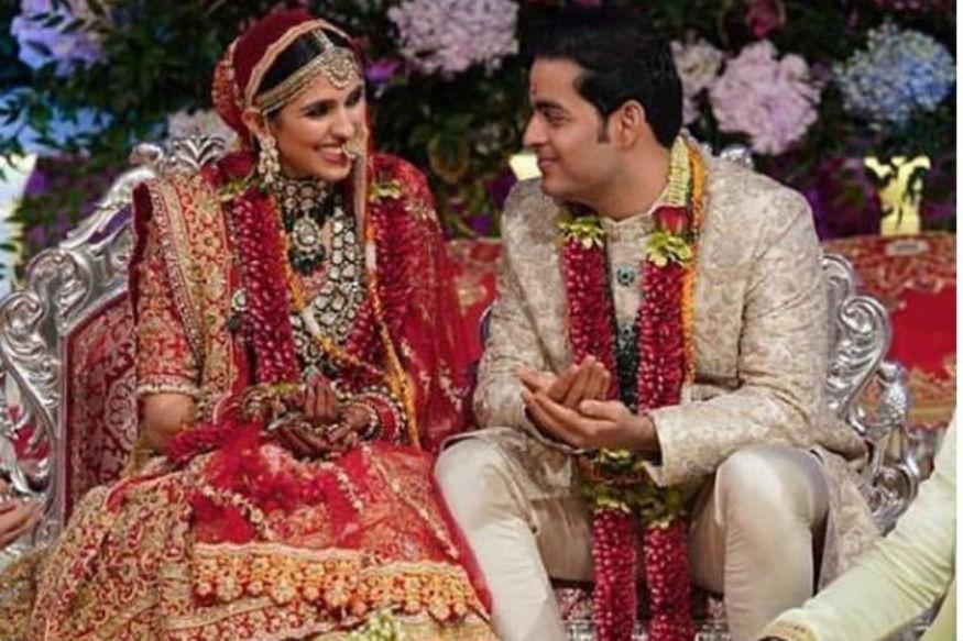 Akash Ambani-Shloka Mehta Wedding, About Shloka Mehta: रिलायंस इंडस्ट्रीज के चेयरमैन मुकेश अंबानी और नीता अंबानी के घर एंटीलिया में काफी रौनक और खुशियों का माहौल है. मुकेश अंबानी के बड़े बेटे आकाश अंबानी और श्लोका मेहता शनिवार रात को विवाह के पवित्र बंधन में बंध गए. अंबानी परिवार की बहू श्लोक मेहता हीरा कारोबारी अरुण रसेल मेहता की बेटी हैं. इस शाही शादी में देश-विदेश से आए कई मेहमानों ने शिरकत की. साथ ही बिग बी समेत कई बॉलीवुड स्टार्स ने न केवल समारोह में भाग लिया बल्कि शादी की ख़ुशी में ठुमके भी लगाए.