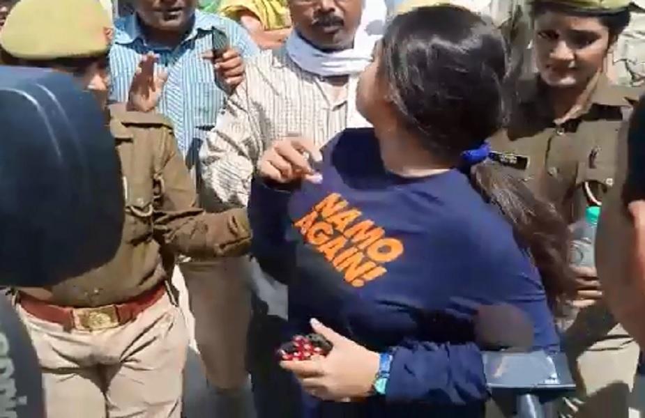 लड़की ने कांग्रेस कार्यकर्ताओं पर बदसलूकी का आरोप लगाया है. लड़की का कहना है कि उससे 'मोदी चोर है' का नारा लगाने के लिए कहा गया, जब उसने मना किया तो उसके साथ बदसलूकी की.