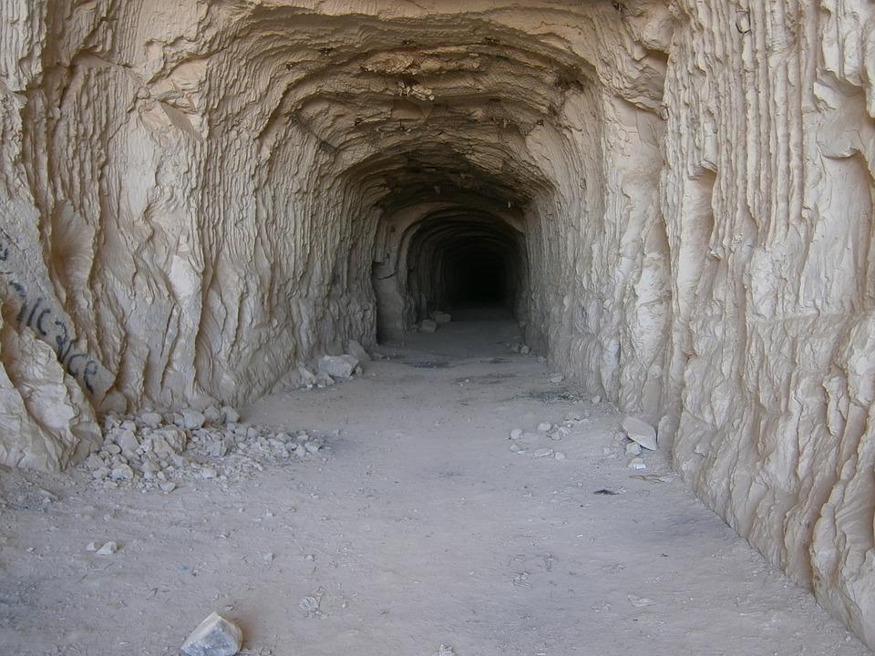 गुफाओं में रहते हैं चीन के लोग- चीन में लोग गुफाओं में भी रहते हैं. इन गुफाओं को Yaodong कहा जाता है. याओदॉन्ग में रहने वाले लोग शांक्सी प्रान्त में रहते हैं. इनकी तादाद लगभग 3 करोड़ (30 million) बताई जाती है. ये आंकड़े nydailynews के मुताबिक हैं.(सभी तस्वीरें- सांकेतिक)