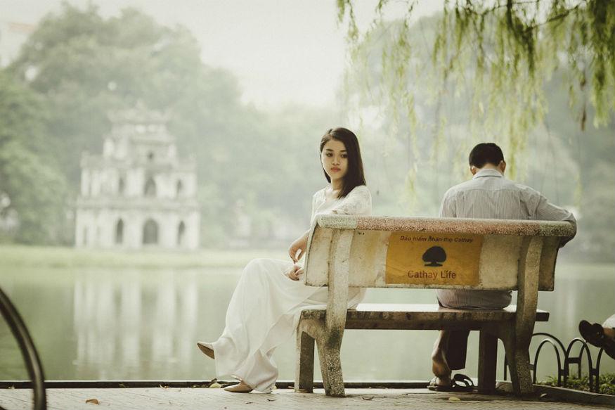 Relationship tips, Abusive Relationship Signs: प्यार में रहकर क्या आप अपने पार्टनर की इन बातों पर ध्यान नहीं दे रहे हैं? पार्टनर द्वारा किए कई इशारे ऐसे होते हैं जिन्हें देखकर आपको गुस्सा आता है तो कई ऐसे भी होते हैं जिन्हें देखकर आपको उन पर प्यार आता है. रिलेशनशिप जब एक मुकाम पर पहुंच जाता है तो हम सभी लोग कई छोटी-छोटी बातों पर ध्यान नहीं देते हैं. लेकिन रिलेशनशिप में इमोशनल टॉर्चर कब हो जाए ये भी पता नहीं लगा पाते हैं. खुद ही जान लें कि पार्टनर की कौन-सी बातें आपका इमोशनल टॉर्चर कर रही हैं.