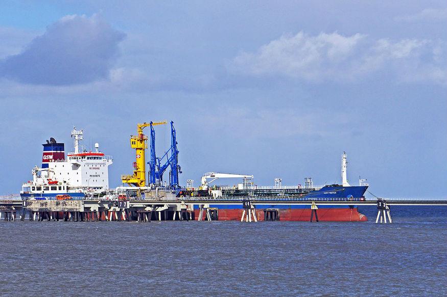 डीप सी पोर्ट समुद्री बंदरगाह को कहते हैं. ये आम बंदरगाह से अलग पानी के ऊपर और अंदर भी हो सकता है. डीप सी पोर्ट पर भी बाकी बंदरगाहों की तरह जहाज आते हैं, उसपर सामान उतारते, उससे लेते हैं. डीप सी पोर्ट तैरता हुआ भीहो सकता है.पानी के अंदर होने की वजह से इसमें मूमेंट होती रहती है.डीप सी पोर्टडीप वाटर पोर्ट को आमतौर पर बड़े और वजनी जहाजों के इस्तेमाल के लिए बनाया जाता है. जानिए भारत इसे इंडोनेशिया में क्यों बना रहा है.