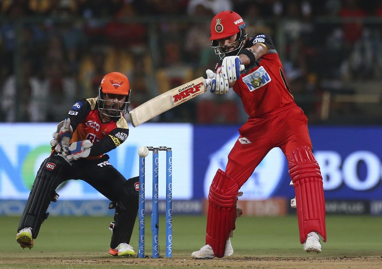 रॉयल चैलेंजर्स बेंगलोर के कप्तान विराट कोहली आईपीएल के दूसरे कामयाब बल्लेबाज़ हैं. उन्होंने अब तक 163 मैचों में 38.35 के औसत और 130.76 के स्ट्राइक रेट से 4948 रन बनाए हैं. कोहली ने नाम चार शतक (सर्वोच्च-113) और 34 अर्धशतक दर्ज हैं. जबकि उन्होंने 434 चौके और 178 छक्के ठोके हैं. वैसे पिछले आईपीएल में कोहली और रैना में रन चार्ट में टॉप पोजीशन की जंग देखने को मिली और उम्मीद है कि इस बार भी यही सिलसिला जारी रहेगा.