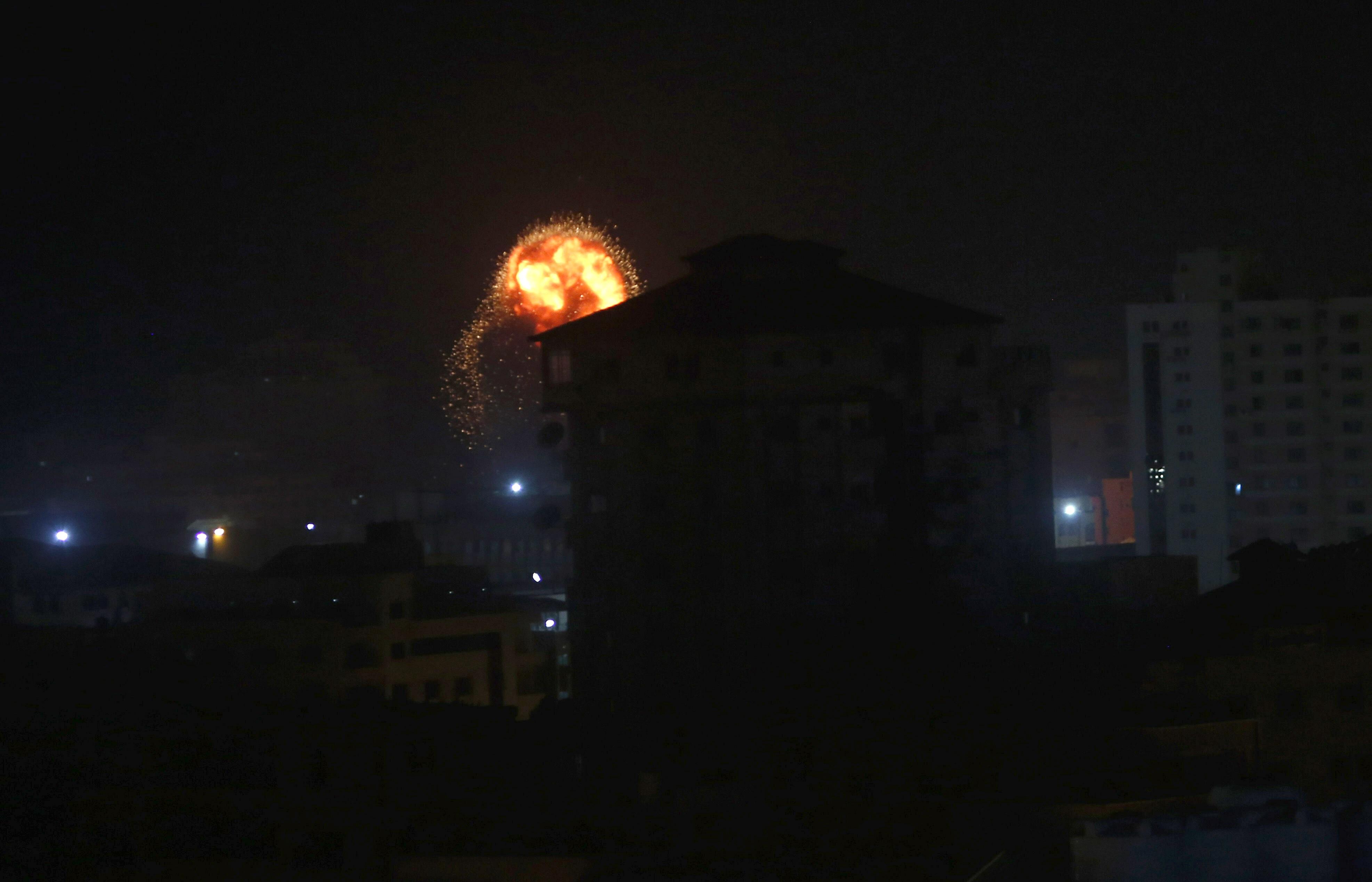 इजरायल की सेना ने गाजा में 100 ठिकानों पर एयर स्ट्राइक कर दी है. इजरायल ने ये कार्रवाई उसकी राजधानी तेल अवीव पर हुए रॉकेट हमलों के बाद की.