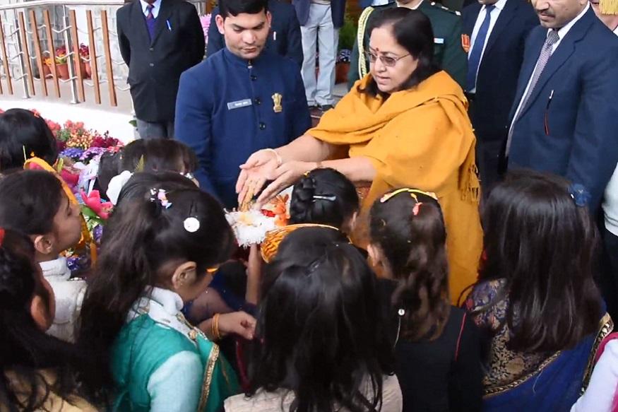 राज्यपाल ने भी बच्चों से मिलते हुए उन्हें उपहार भेंट किए और उनकी टोकरियों में चावल व अन्य अनाज डालते हुए बच्चों के खुशहाल व उज्जवल भविष्य की कामना की.