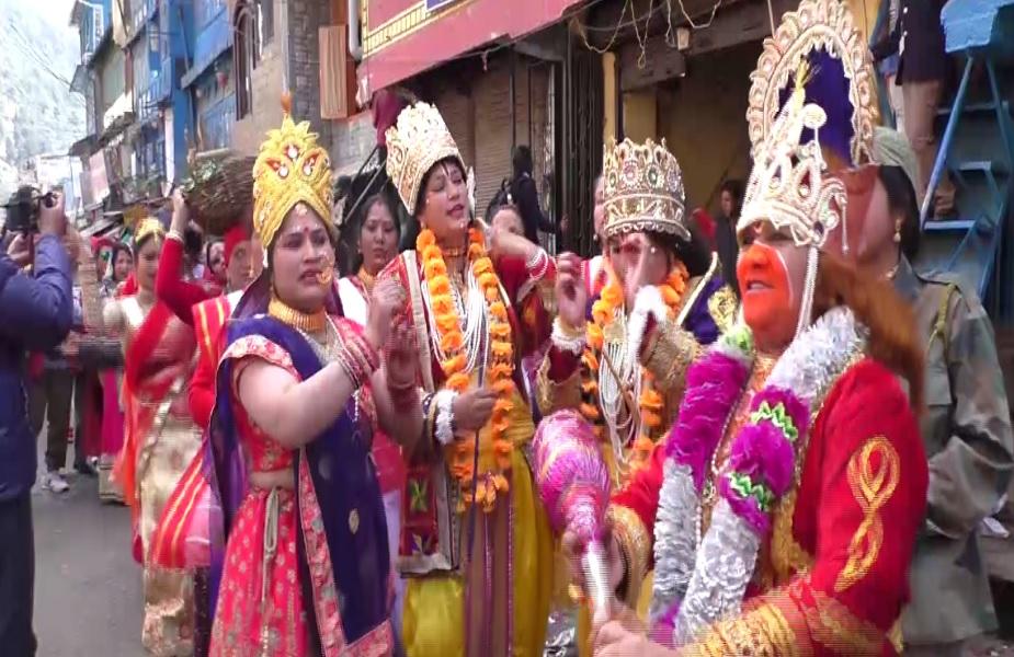 होली के रंग में महिलाएं इस कदर डूबी हैं कि जमकर नाच गाने के साथ राधाकृष्ण की हंसी ठिठोली से दर्शकों को भी बांधे हुई हैं.