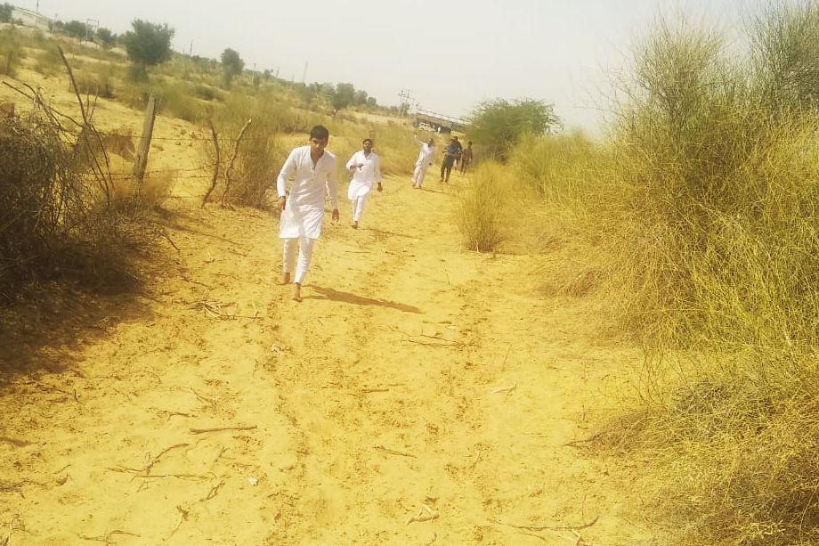 विमान क्रैश होने के बाद घटनास्थल पर दौड़कर पहुंचते ग्रामीण.