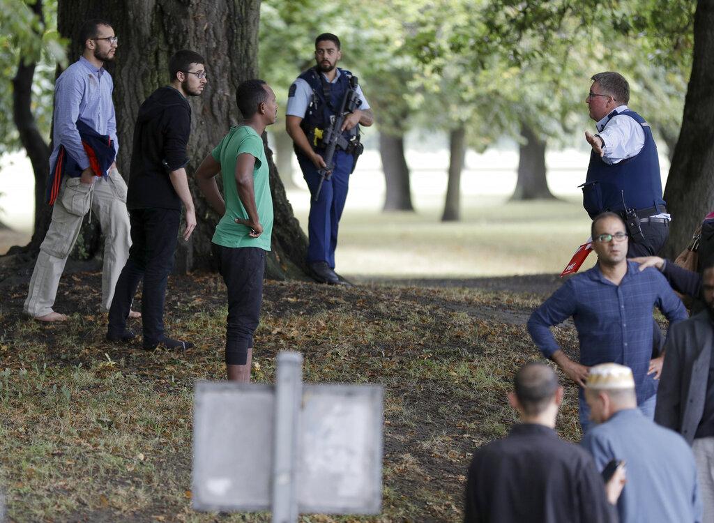 मुख्य हमलावर की पहचान 28 वर्षीय ब्रेंटन टैरंट के रूप में हुई है. हमलावर ने बंदूक पर कैमरा लगाकर गोलियां बरसाईं. उसने हमले की फेसबुक पर लाइवस्ट्रीमिंग की थी. पुलिस ने इस मामले में कुल 4 लोगों को गिरफ्तार किया, जिसमें एक महिला भी शामिल है.(हमले केबादकी तस्वीर)
