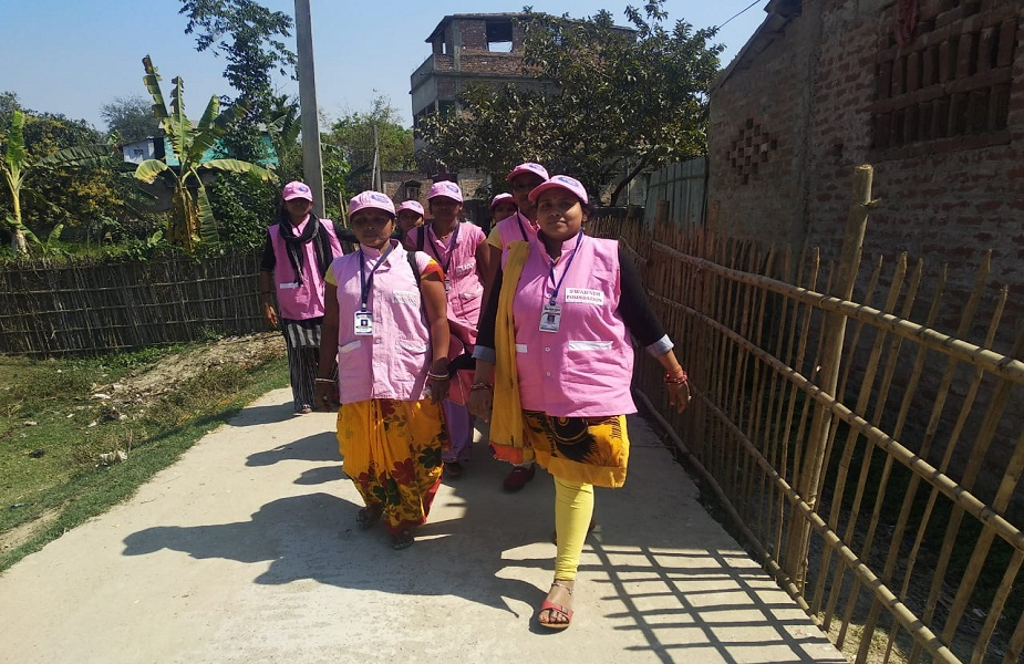 बिना किसी सरकारी या एनजीओ की मदद से रश्मि अपनी टोली के साथ मजबूत इरादे के दम पर सुदूर इलाके के महिलाओ को उनके स्वास्थ्य के प्रति जागरूक कर रही हैं. उन्होंने 80 महिलाओं को रोजगार से भी जोड़ कर नई राह दी है. रश्मि प्रिया कहती हैं कि अन्य क्षेत्र में काम करने के दौरान उनके सामने ये बाते आई थी कि महिला और किशोरी आज भी माहवारी के दौरान घरेलू कपड़ा इस्तेमाल करने के कारण बीमार हो रही हैं. कुछ मामले में तो जान भी चली गई या बच्चेदानी खराब होने की बाते सामने आई. फिर रश्मि ने अपनी टोली के साथ मिलकर इस विषय पर ही काम करना शुरु कर दिया