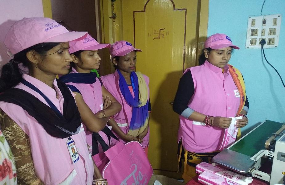 """<br />महिलाएं कहती हैं कि """"रश्मि प्रिया' तो कटिहार का """"पैड वीमेन""""हैं. आदिवासी बहुल समाज में ग्रामीण महिलाएं कहती हैं कि पहले तो इस विषय पर बहुत जानकारी नहीं थी पर जब जानकारी हुई भी तो बाजार दूर होने के कारण और गांव-मोहल्ले के दुकान से सामाजिक लाज से सेनेटरी नैपकिन खरीदने में झिझक होती थी."""
