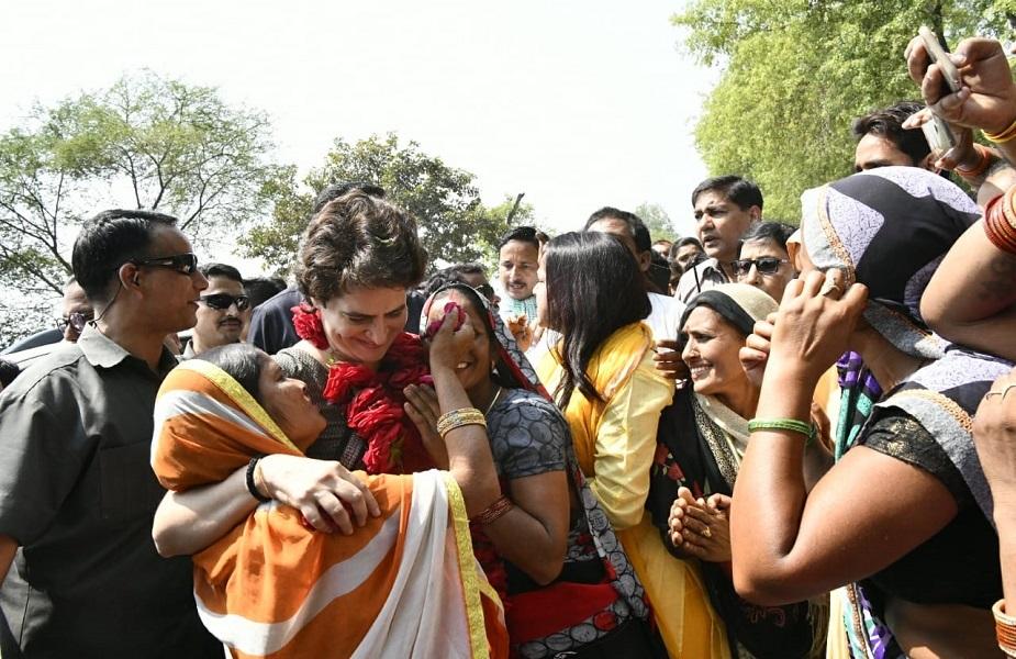 प्रियंका की माने तो मोदी सरकर किसान विरोधी और युवा विरोधी है. इस दौरान कांग्रेस महासचिव ने कहा कि किसानों ने मुझे अपने घरों का दौरा करने के लिए कहा. यही वजह है कि हमने गांवों का दौरा किया. प्रियंका के अनुसार पिछले 5 वर्षों में कर्ज के कारण किसान पीड़ित हो गए हैं.