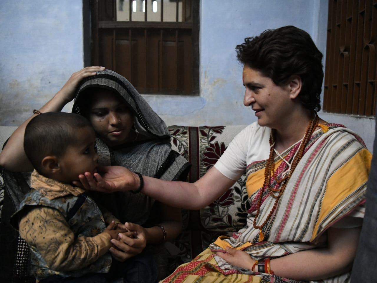 प्रियंका गांधी ने पुलवामा हमले शहीद हुए अवधेश सिंह के घर गईं और उनके परिवार से मुलाकात की.