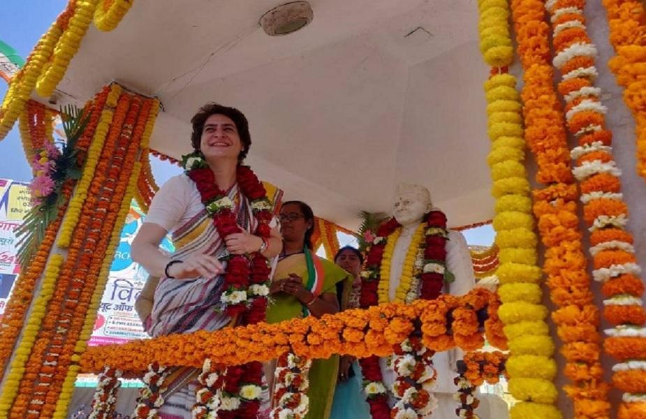 वाराणसी में प्रियंका गांधी ने पूर्व प्रधानमंत्री लाल बहादुर शास्त्री की प्रतिमा पर माल्यार्पण किया था, जिसके बाद बीजेपी कार्यकर्ताओं ने प्रतिमा का शुद्धिकरण किया, जिससे कांग्रेसी भड़क गए.