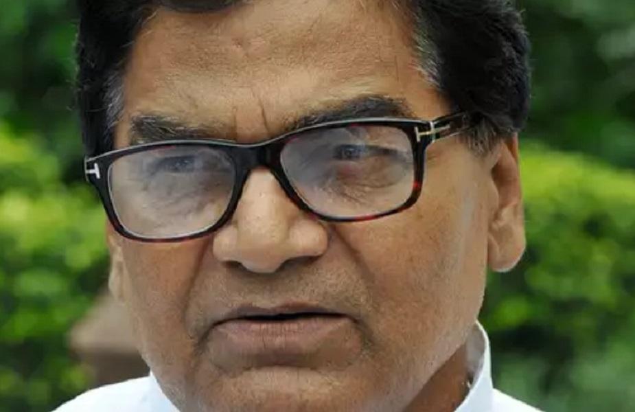 रामगोपाल यादव: सपा मुखिया मुलायम सिंह यादव के चचेरे भाई रामगोपाल यादव मौजूदा समय में भलेही राज्यसभा से सांसद हो, लेकिन उन्होंने भी राजनीति में एंट्री सीट छोड़ने से की थी. मुलायम सिंह ने 2004 में संभल सीट रामगोपाल के लिए छोड़ दी थी और खुद मैनपुरी सेलोकसभाका चुनाव लड़ा था. रामगोपाल ने इस सीट से जीत दर्ज की और संसद पहुंचे थे.