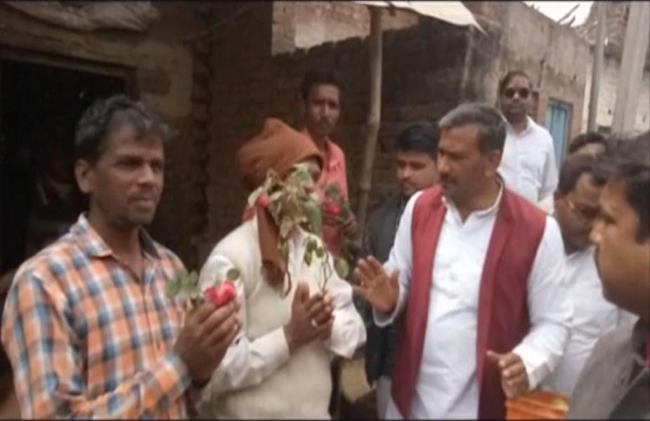 नवाब सिंह यादव का कहना है कि फूल देने के बाद मतदाताओं से हम यही कर रहे हैं कि चुनाव के दिन मतदान जरूर करें. उन्होंने कहा कि इस अभियान की शुरुआत हमने पिछड़ी जाती के गांव से की है.