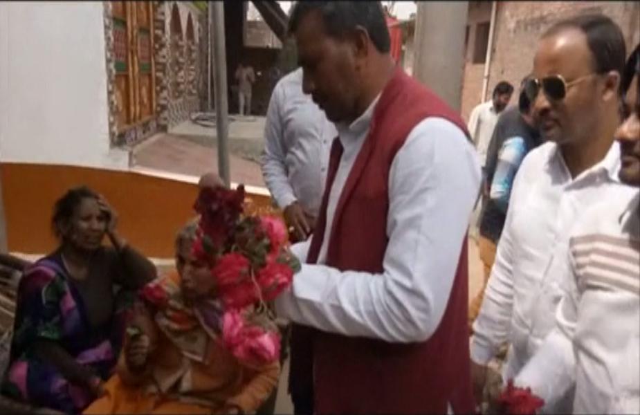 तस्वीरों में आप देख सकते हैं कि सपा नेता नवाब सिंह यादव हाथों में गुलाब के फूल लेकर गांव-गांव घूम रहे हैं. साथ ही गांधीगीरी भी कर रहे हैं. उनके साथ चल रहे अन्य खद्दरदारी समाजवादी पार्टी के पदाधिकारी हैं. सपा नेता गांवों में घूम-घूम कर ग्रामीणों को गुलाब के फूल दे रहे हैं और चुनाव में अधिक से अधिक वोट डालने की अपील कर रहे हैं.