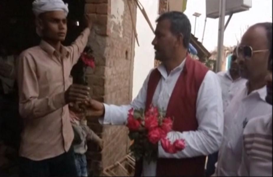 गांधीगीरी कर रहे नेता जी का कहना है कि गुलाब दोस्ती का प्रतीक है. यही वजह है कि हम पहले पिछड़ी जाती के गांव में फूल लेकर आए हुए हैं और वोट देने की अपील कर रहे हैं.