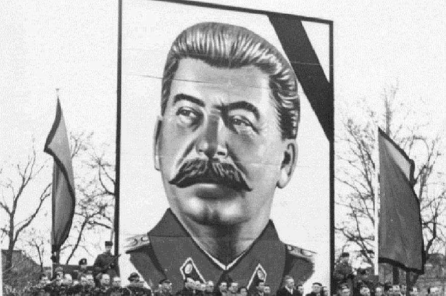 1917 में लेनिन की अगुवाई में रूस में कम्युनिस्ट क्रांति कामयाब हो गई.तब स्टालिन को पार्टी में बड़ा ओहदा दिया गया. 1924 में लेनिन की मौत के बाद स्टालिन रूस के शासक बने. 1920 के दशक के आख़िर के आते-आते स्टालिन सोवियत संघ के तानाशाह बन चुके थे. जोसेफ़ स्टालिन ख़ुद को एक नरमदिल और देशभक्त नेता के तौर पर प्रचारित करते थे. लेकिन, स्टालिन अक्सर उन लोगों को मरवा देते थे, जो भी उनका विरोध करता था. फिर चाहे वो सेना के लोग हों या फिर कम्युनिस्ट पार्टी के.