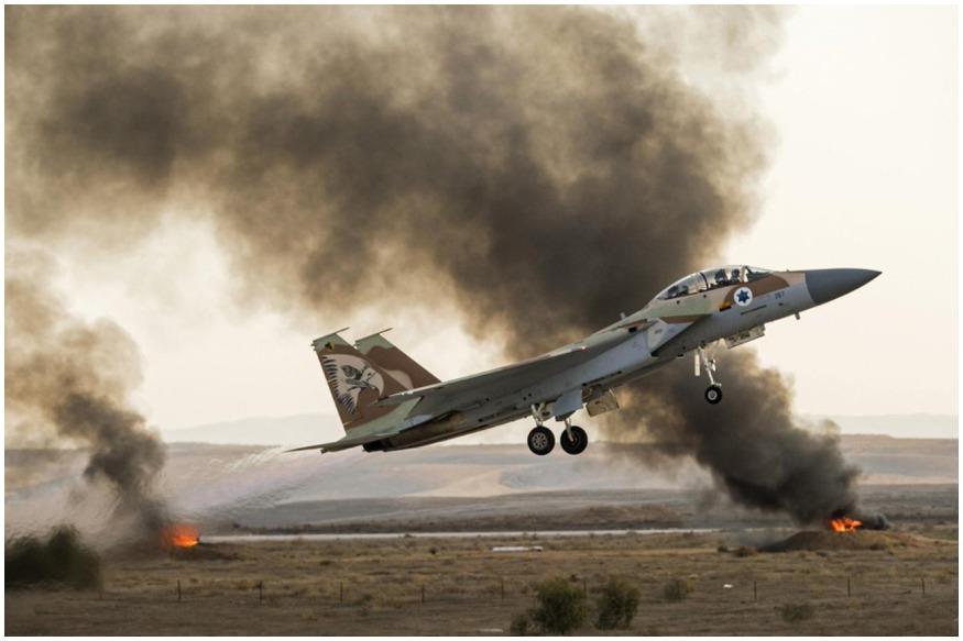 इजरायल की राजधानी तेल अवीव पर हुए रॉकेट हमलों के बाद उसकी सेना ने गाजा में घुसकर एयर स्ट्राइक कर दी और हमास के सैन्य अड्डों को उड़ा दिया. इजरायल ने दावा किया कि उसने साउथ गाजा सिटी में हमास के 100 से ज्यादा सैन्य अड्डों पर बमबारी की है.