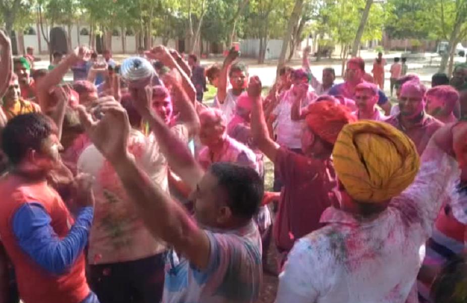 जवानों ने आज अधिकारियों को रंग लगाया और राजस्थानी गीतों पर जमकर डांस किया. अधिकारियों ने भी जवानो के साथ डांस किया और एक दुसरे को गुलाल लगाकर बधाई दी. इस अवसर पर अधिकारियों ने जवानो को उत्साह के साथ सयंम के साथ होली का पर्व मनाने का संदेश भी दिया.