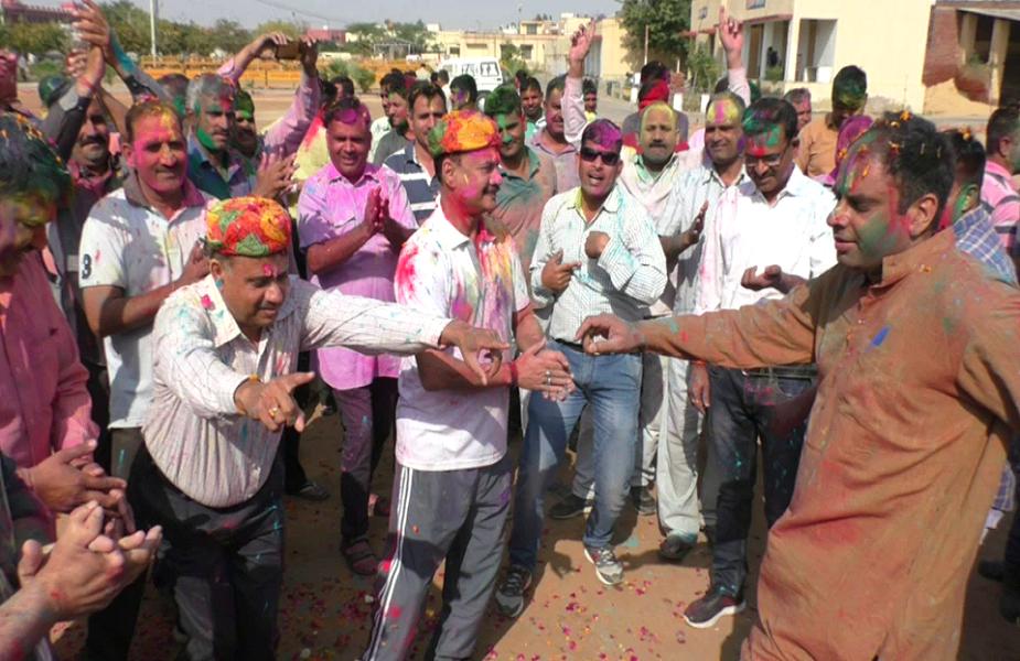 भरतपुर की पुलिस लाइन में पुलिसकर्मियों ने फूलों व गुलालों की होली खेली और एक दूसरे को बधाई दी. आईजी भूपेंद्र साहू सहित एसपी हैदर अली जैदी व अन्य अधिकारियों ने स्टाफ के साथ होली का आनंद उठाया और जमकर ठुमके लगाए.