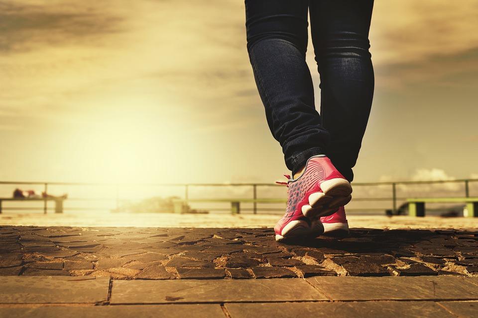 સવારે અને સાંજે ચાલવું વજન ઘટાડવા માટે મહત્વપૂર્ણ છે. વૉકિંગથી તમારુ વજન ઝડપથી નિયંત્રિત કરી શકશો.