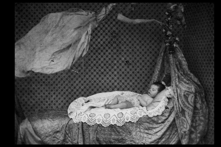 कुछ एक्सपर्ट्स का ये मानना है कि इन तस्वीरों के पीछे फोटोग्राफर्स की कोई ट्रिक्स छिपी होती है, जिसका इस्तेमाल कर वह तस्वीरों में भूत कैद करने का दावा करते थे.1860 में ली गई ये तस्वीर भी उन्हीं ट्रिक्स का नतीज़ा हो सकता है. (लंदन स्टीरियोस्कोपिक कंपनी)