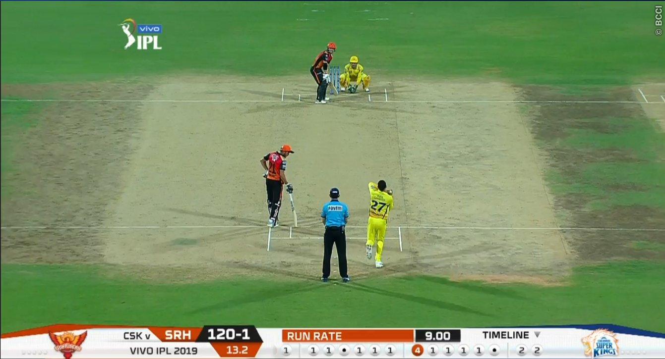 - CSK vs SRH मैच में फैंस उस समय हैरान हो गए जब धोनी ने तूफानी बल्लेबाजी कर रहे डेविड वार्नर को स्टंप कर दिया. (PC - BCCI)