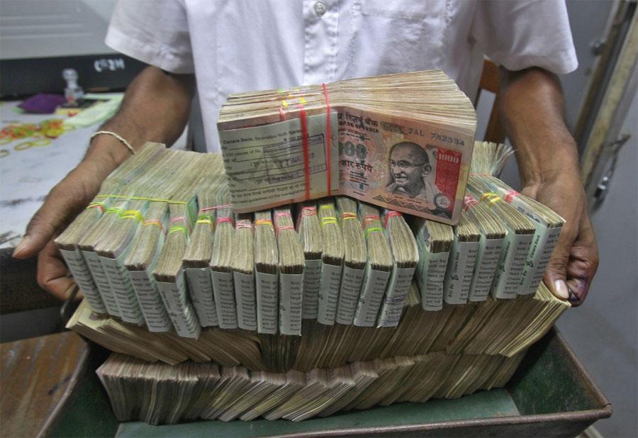 2010 में जब चेन्नई ने चेपॉक में मुंबई को हराया था तब भारत में 1000 रुपये के नोट चल रहे थे. अब यह नोट बंद हो चुका है और वे 2000 रुपये का नोट आ चुका है. (File Photo)