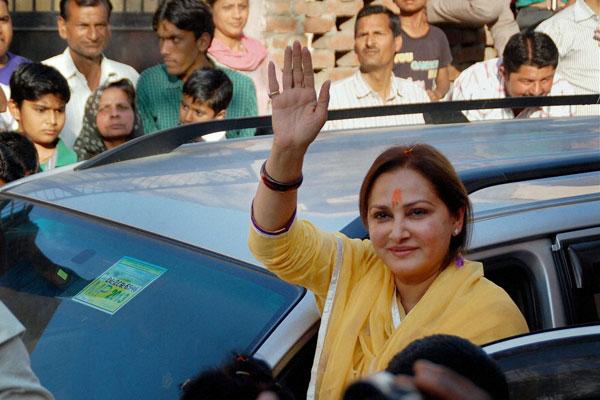 जानी-मानी अभिनेत्री जया प्रदा इस बार रामपुर सीट से बीजेपी उम्मीदवार के तौर पर मैदान में हैं. जया प्रदा इससे पहले वर्ष 2004 में रामपुर सीट से एसपी के टिकट पर खड़ी हुई थीं और उन्होंने कांग्रेस की मजबूत उम्मीदवार बेगम नूर बानो को 85 हजार वोटों से हरा दिया था. इस बार उनका सामना एसपी के आज़म खान से होना तय है.