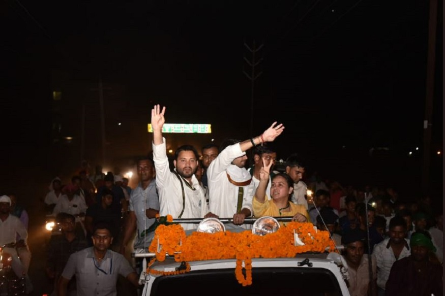 इस मौके पर तेजस्वी ने पीएम मोदी के रोड शो पर तंज कसते हुए कहा कि उनके रोड शो में करोड़ों-अरबों खर्च किए जाते हैं. जबकि हमारा रोड शो बेहद आम लोगों का रोड शो है.
