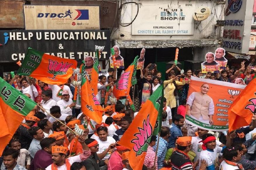 बता दें कि लखनऊ सीट पर बीजेपी का करीब दो दशकों से कब्ज़ा है. इस सीट पर बीजेपी ने एक बार फिर राजनाथ सिंह को मैदान में उतारा है. 2014 में राजनाथ सिंह इस सीट से भारी मतों से जीते थे. राजनाथ के खिलाफ अभी तक गठबंधन और कांग्रेस ने कोई प्रत्याशी नहीं उतारा है. लखनऊ में पांचवें चरण में 6 मई को मतदान होना है और नामांकन का अंतिम दिन 18 अप्रैल है.