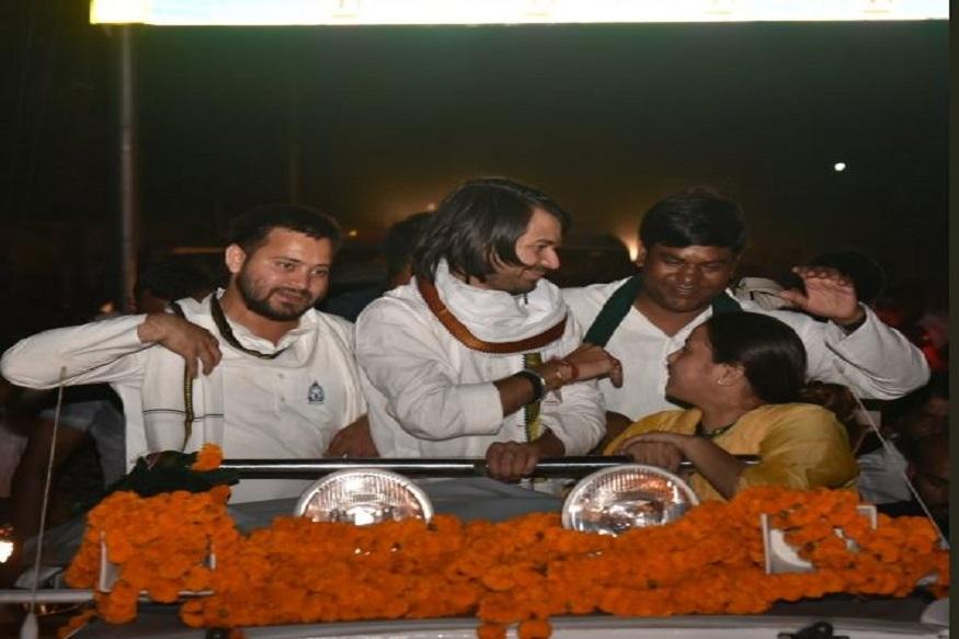 तेजस्वी यादव ने तेजप्रताप और मीसा भारती के साथ पाटलिपुत्र संसदीय क्षेत्र में रोड शो करते हुए लोगों से महागठबन्धन को जीताने की अपील की. साथ ही पार्टी के भीतर लोगों को एकजूट रहने का आह्वान भी किया.