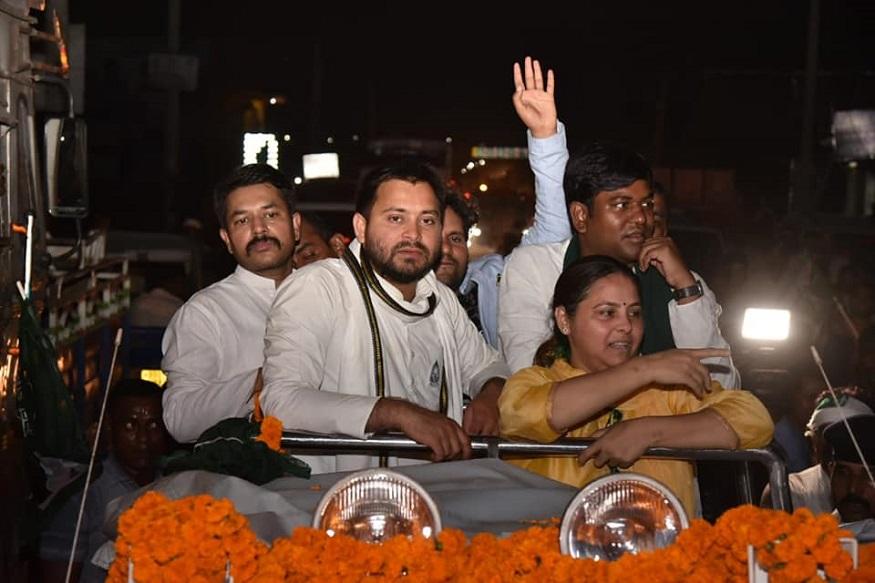 राजद सुप्रीमो लालू प्रसाद की बड़ी बेटी मीसा भारती ने गुरुवार को पाटलिपुत्र लोकसभा सीट से नामांकन किया. इसके बाद एक रोड शो किया. इस रोड शो में एक बार फिर बिहार के पूर्व डिप्टी सीएम तेजस्वी यादव और पूर्व स्वास्थ्य मंत्री तेजप्रताप यादव एक साथ नजर आए. बताया जा रहा है कि तेजस्वी और तेजप्रताप दोनों भाई सारे मन मुटाव को एक तरफ रखकर अपनी बड़ी बहन मीसा भारती के लिए वोट मांगा. देखें तस्वीरें...
