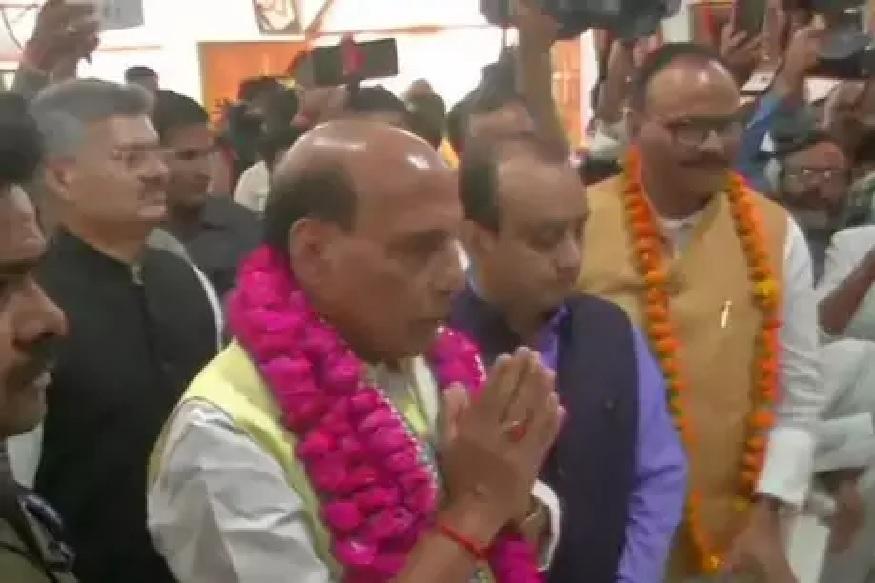 लखनऊ के हनुमान सेतु मंदिर में राजनाथ सिंह के साथ पूर्व प्रधानमंत्री स्वर्गीय अटल बिहारी वाजपेयी के करीबी शिव कुमार, डिप्टी सीएम दिनेश शर्मा और कैबिनेट मंत्री ब्रजेश पाठक भी मौजूद रहे.