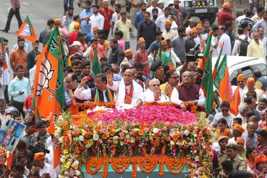 केंद्रीय गृहमंत्री और लखनऊ से बीजेपी प्रत्याशी राजनाथ सिंह मंगलवार को अपना नामांकन पत्र दाखिल कर दिया है. नामांकन से पहले राजनाथ सिंह राजधानी लखनऊ के हनुमान सेतु मंदिर पहुंचे. जहां उन्होंने पूजा-अर्चना करके जीत का आशीर्वाद मांगा. इसके बाद राजनाथ सिंह ने एक रोड शो किया. देखें लखनऊ में राजनाथ सिंह के रोड शो की तस्वीरें....
